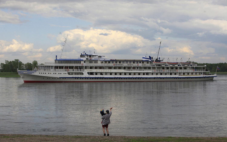 женщина наблюдает за кораблем