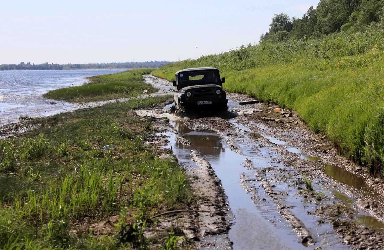 машина едет по грязи