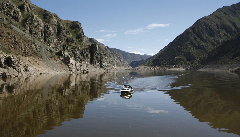 катер на реке