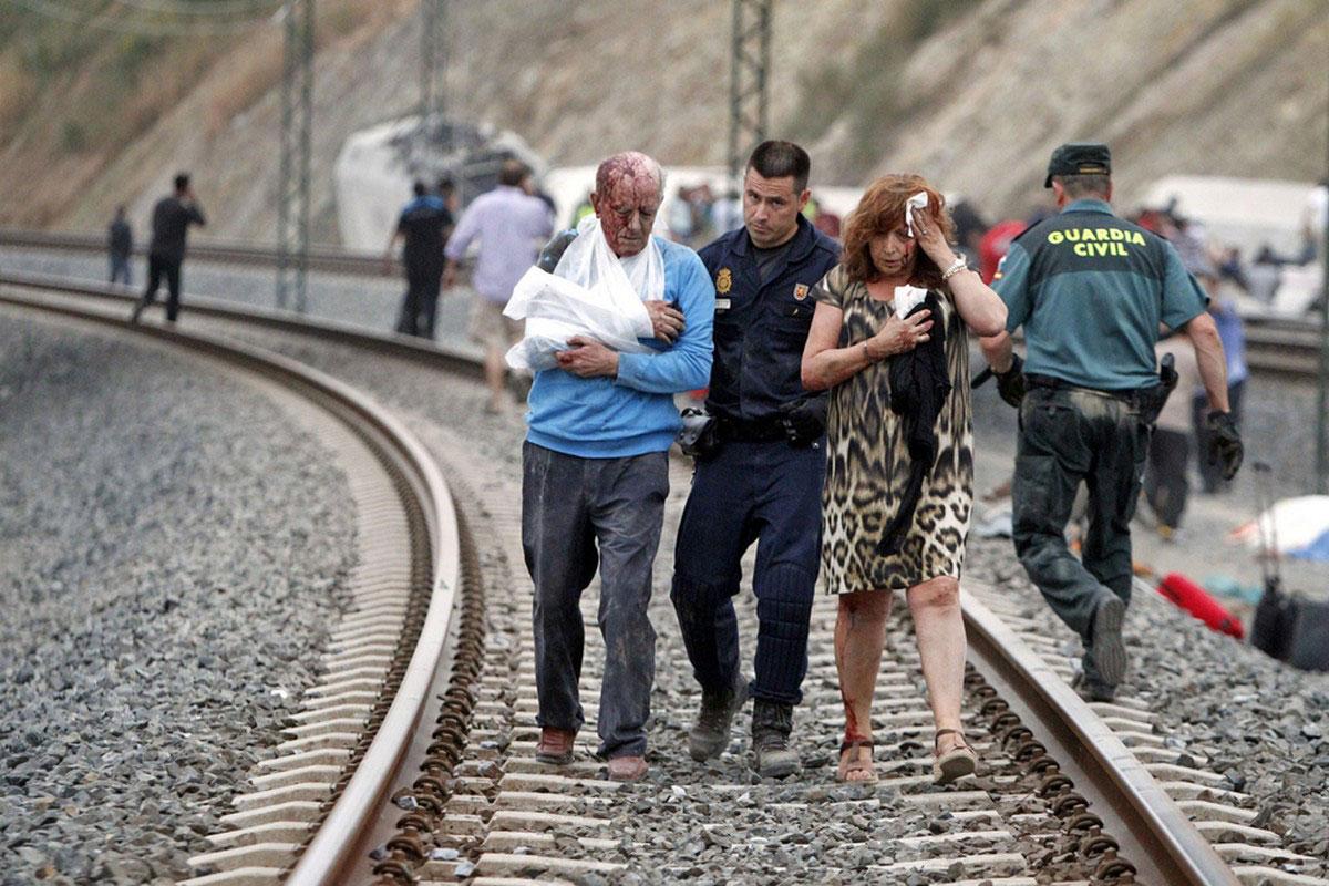 Раненых людей эвакуируют из поезда