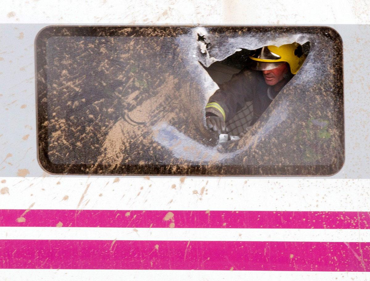 пожарный разбил окно вагона