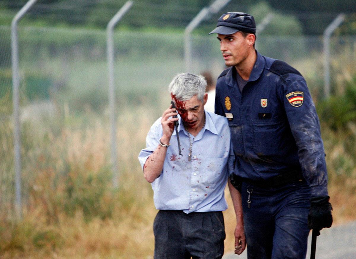 испанский полицейский с раненым мужчиной