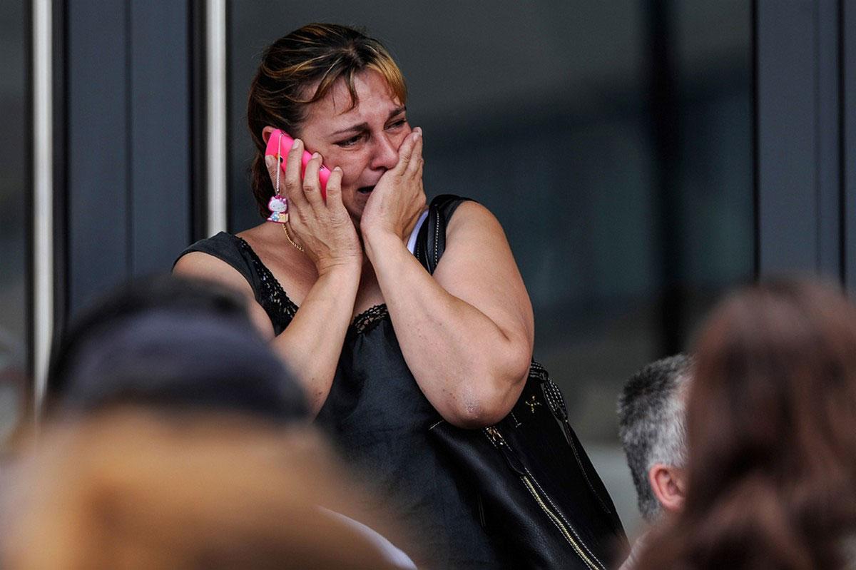 женщина плачет разговаривая по мобильному