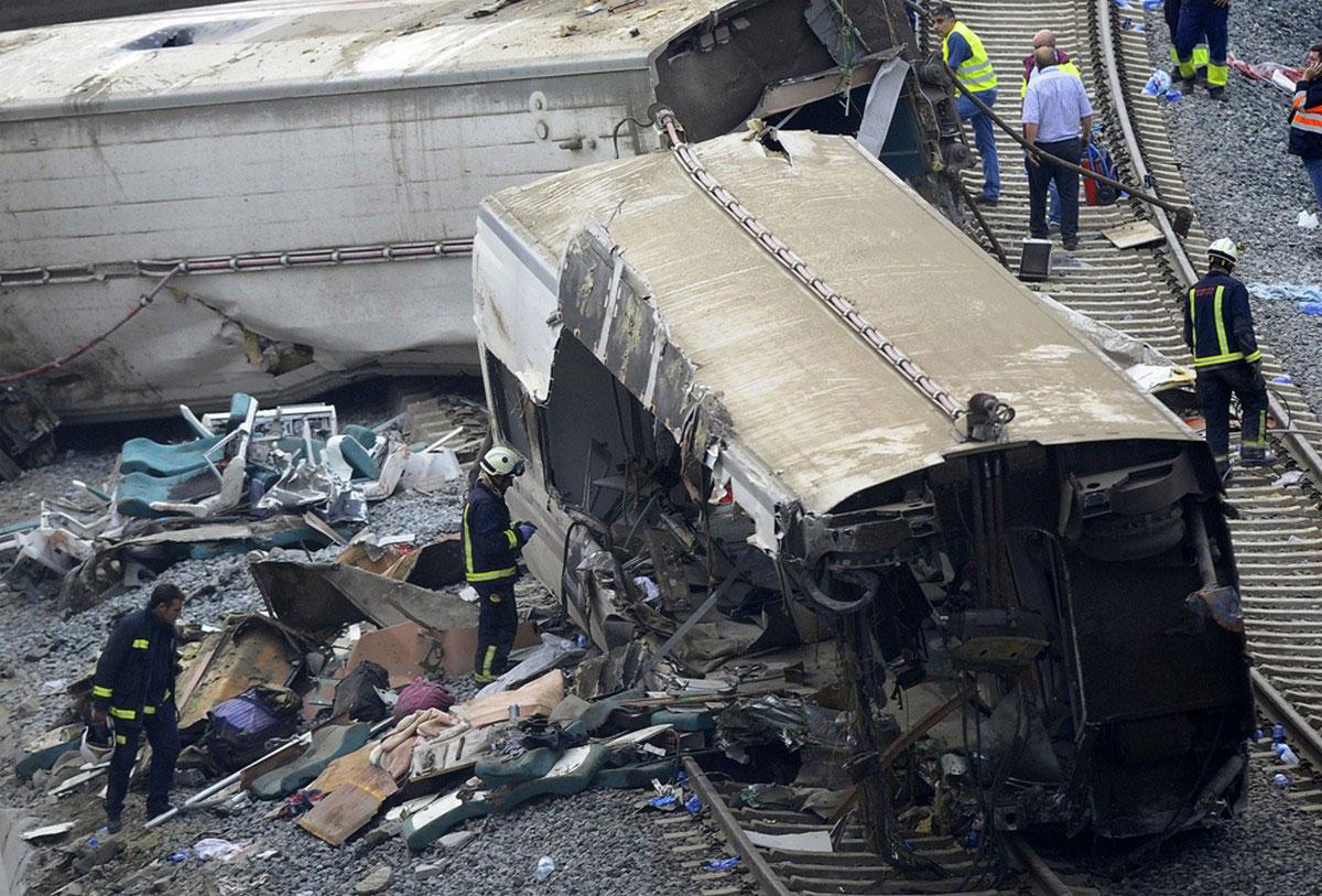 Спасатели осматривают вагоны