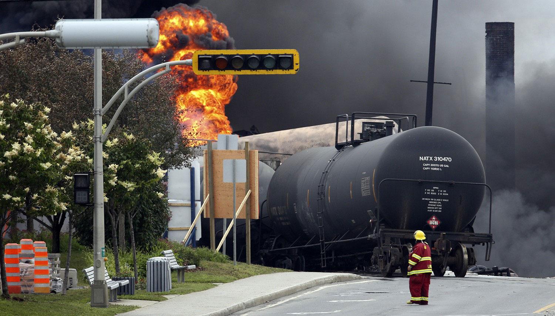 пожарный у горящих вагонов