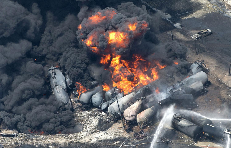 Клубы дыма над цистернами с нефтью