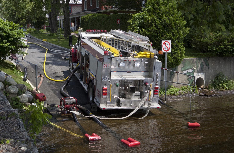 пожарная машину набирает воду