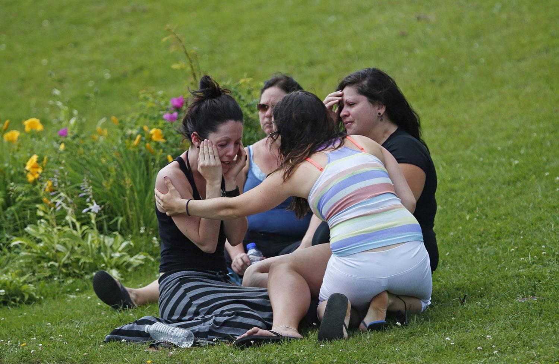 женщины плачут на месте трагедии
