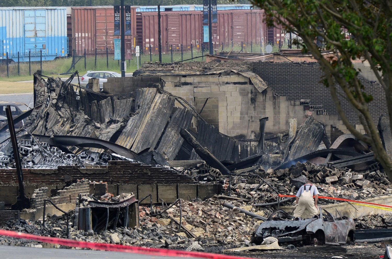 Пожарный на месте взрыва поезда