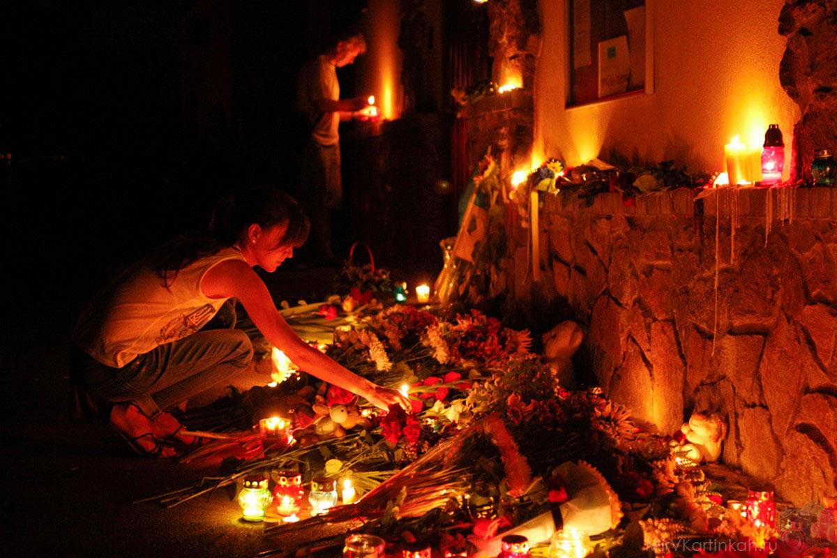 свечи у посольства