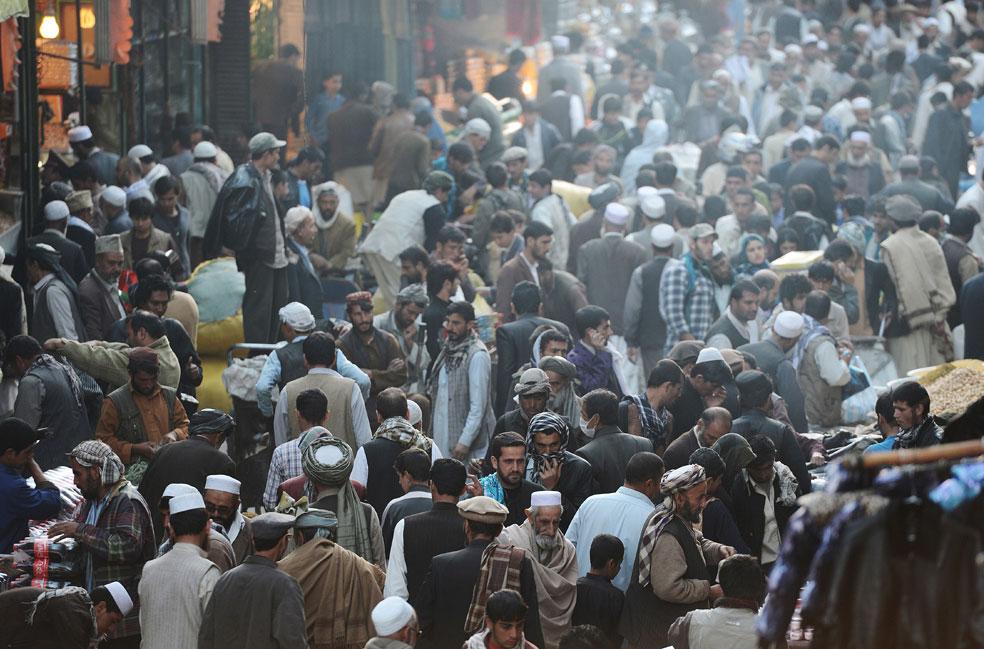 покупатели на рынке в центре Кабула, фото Курбан-байрам
