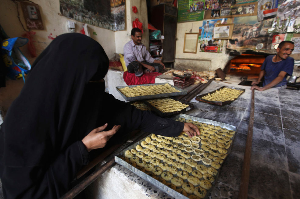 Женщина готовит сладости, фото Курбан-байрам