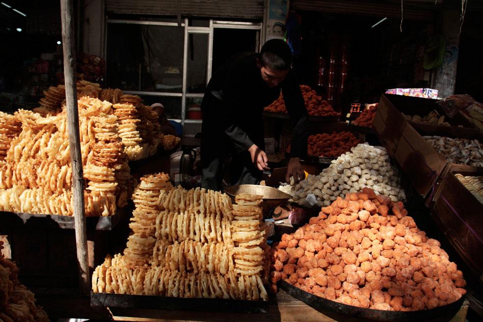 Афганец продает традиционные сладости, фото Курбан-байрам