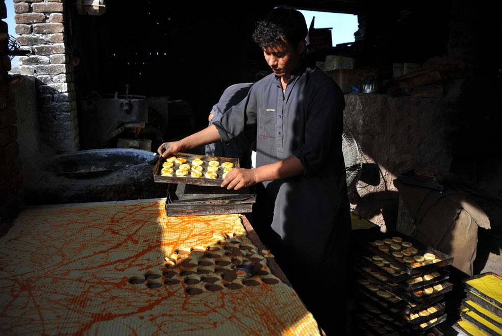 пекарь делает печенье, фото Курбан-байрам