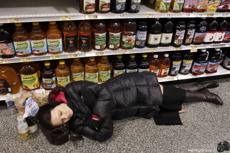женщина спит на полу