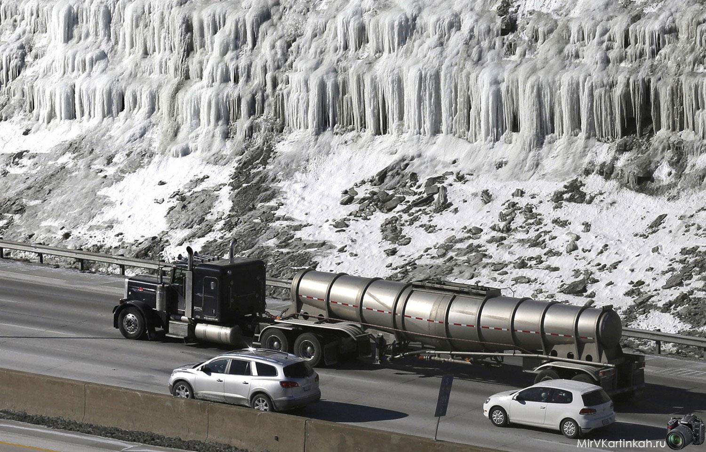 Автомобили движутся по шоссе