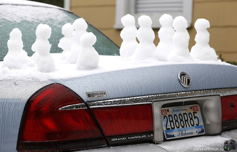 снеговики на багажнике авто