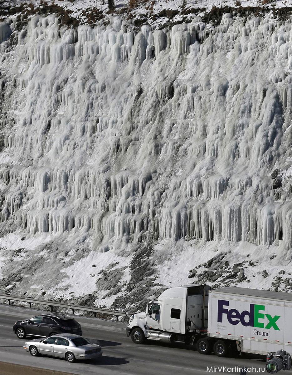 Замерзший склон холма