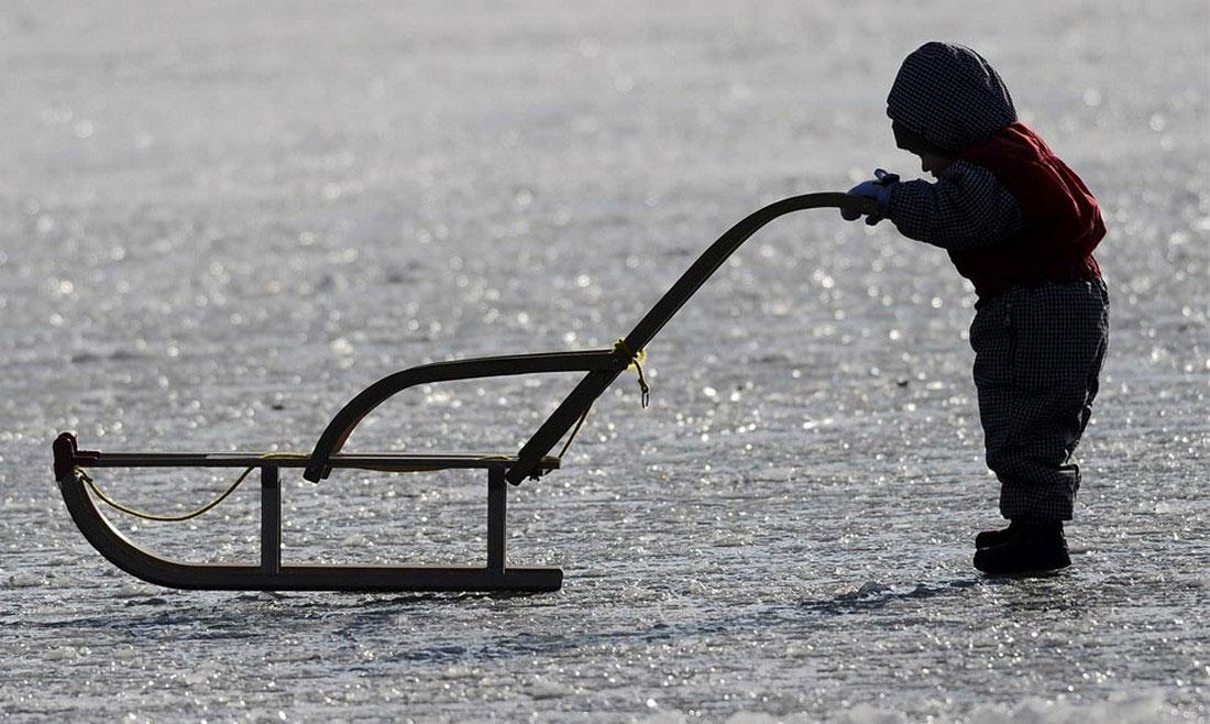 ребенок на замерзшей реке, фото