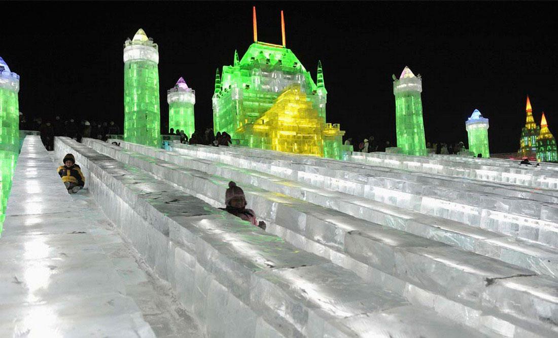 туристы на празднике в Харбине, фото