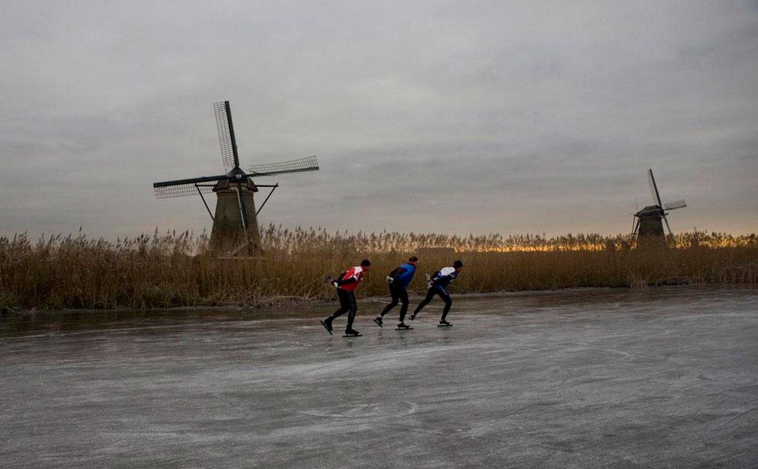 конькобежцы на ледяной реке, фото