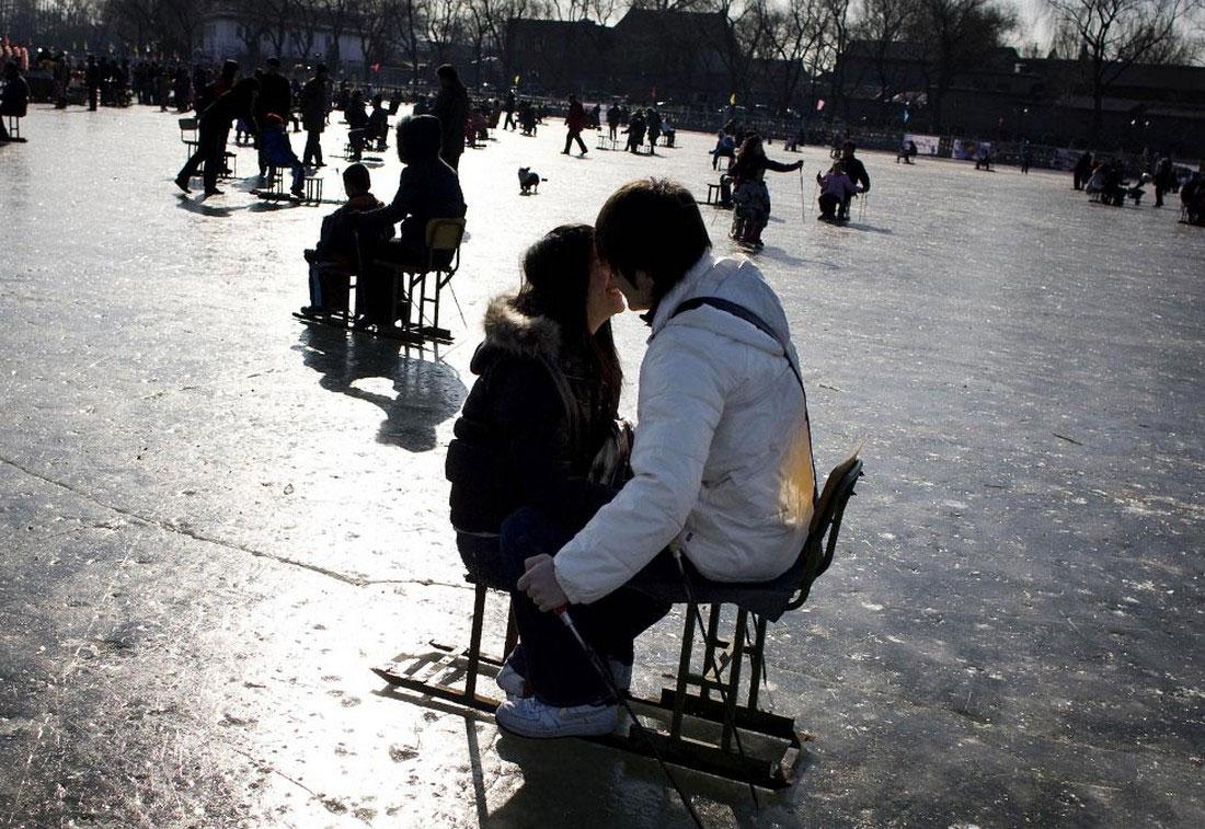 люди на замерзшем озере, фото