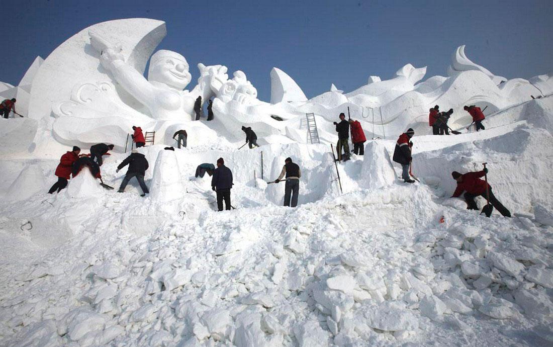 скульпторы на фестивале льда в Китае, фото