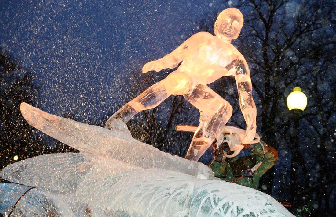 скульптор работает со льдом в Бостоне, фото