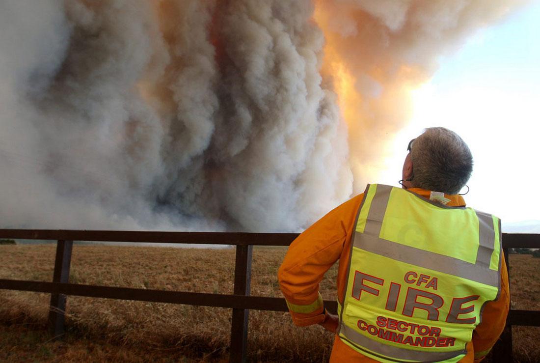 гигантский пожар, бушующий в парке, фото из Австралии