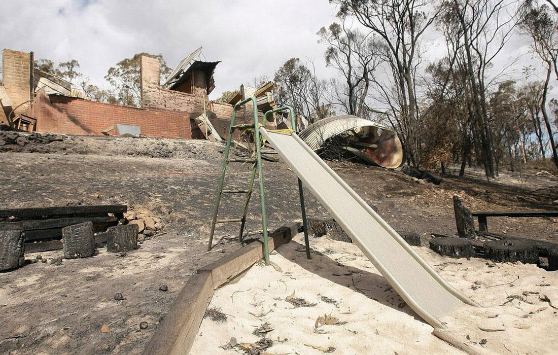 Сгоревшие дома и детская площадка, фото из Австралии