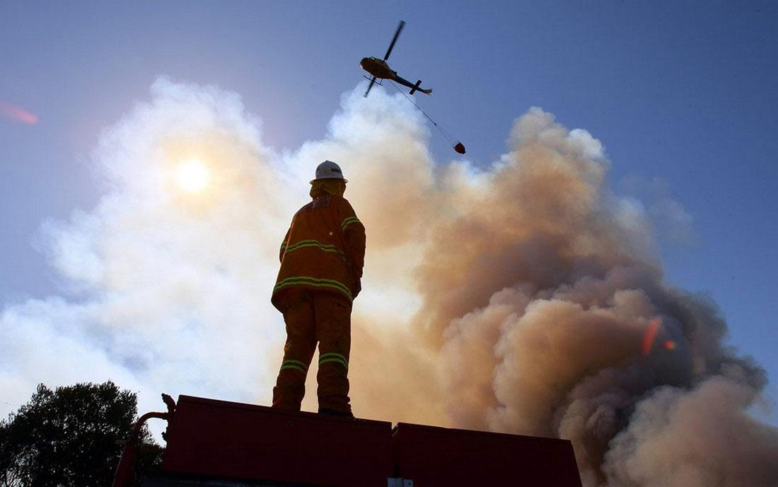 вертолет скидывает тонны воды, фото из Австралии
