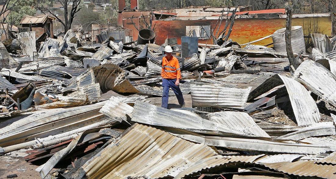 Человек обходит руины, фото из Австралии