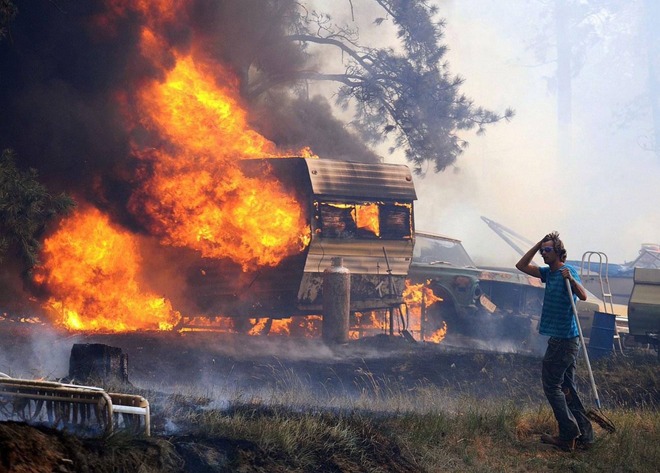 Пожарным помогают добровольцы, фото