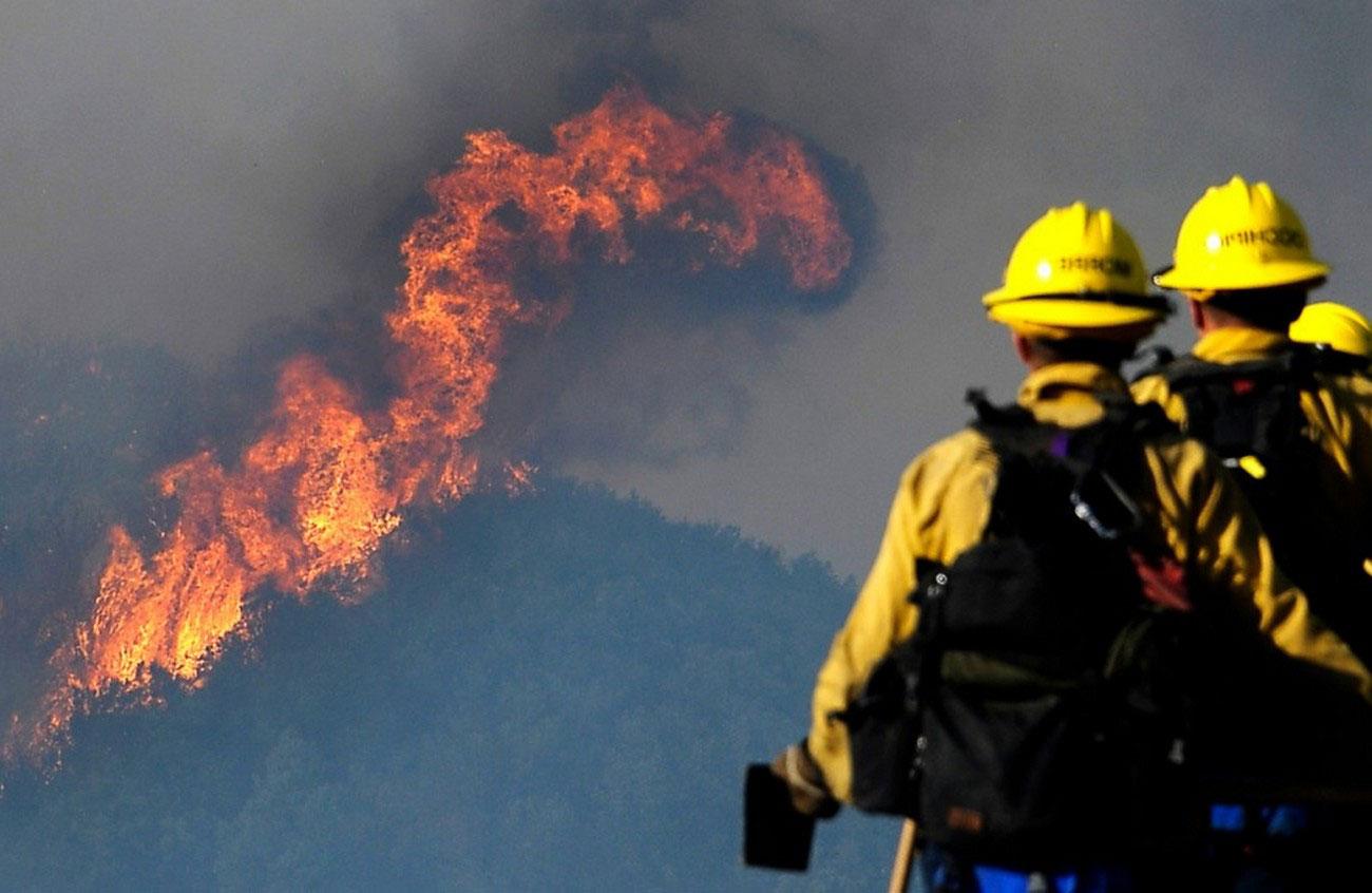 Пожарные возле национального заповедника Лос Падрес, фото лесных пожаров