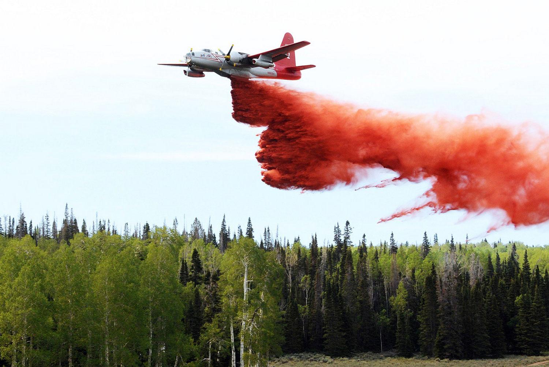 самолет тушит пожар в штате Юта, фото