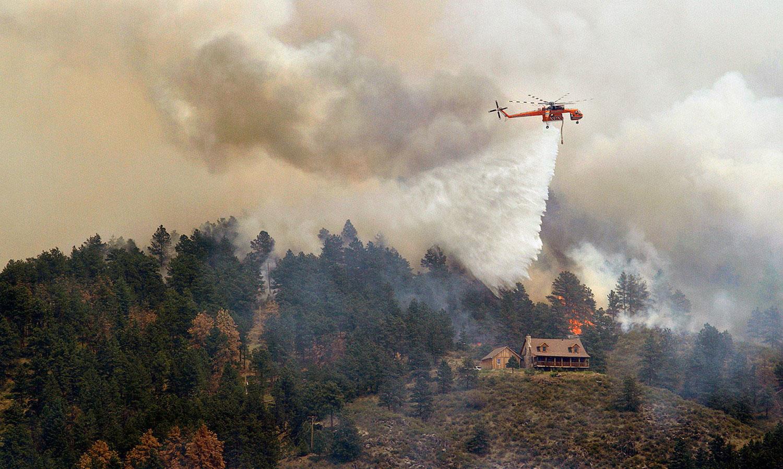 Вертолет Sikorsky S-64 на пожарище, фото