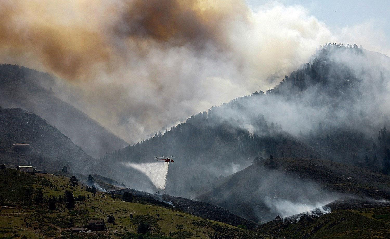 Пожарный вертолет сбрасывает воду, фото лесных пожаров