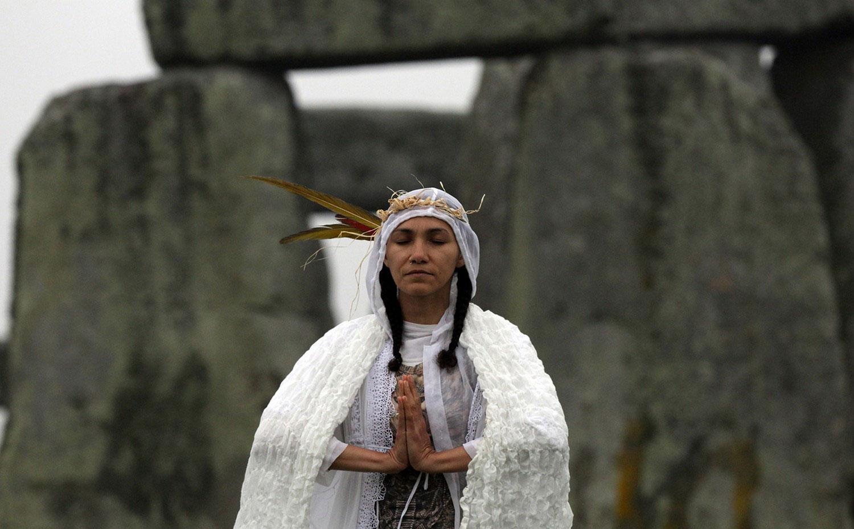 Женщина возле Стоунхендж, фото