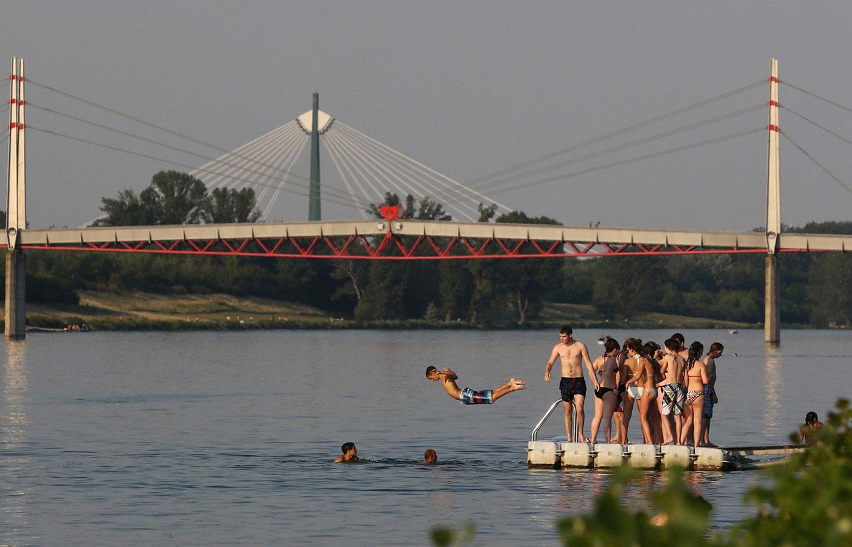 парень прыгает в реку Дунай, фото