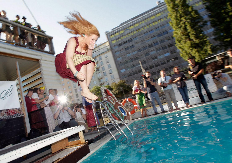 девушка прыгает в бассейн, фото