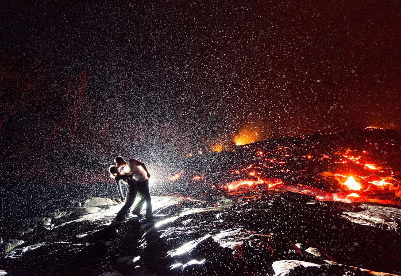 влюбленная пара у вулкана, фото