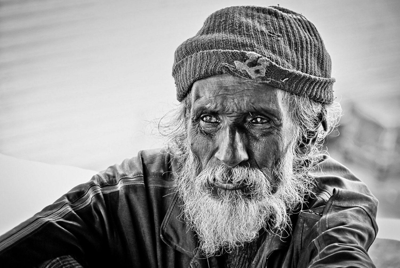 старик у храма, фото