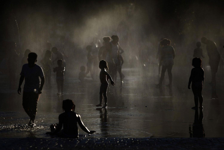 дети в фонтане летом