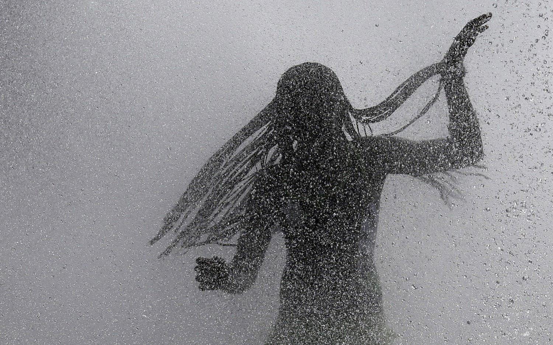 девушка танцует в фонтане