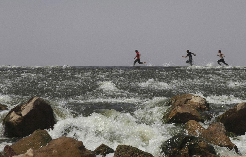 мальчишки на реке