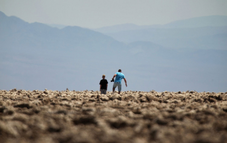 Люди проходят через Долину Смерти