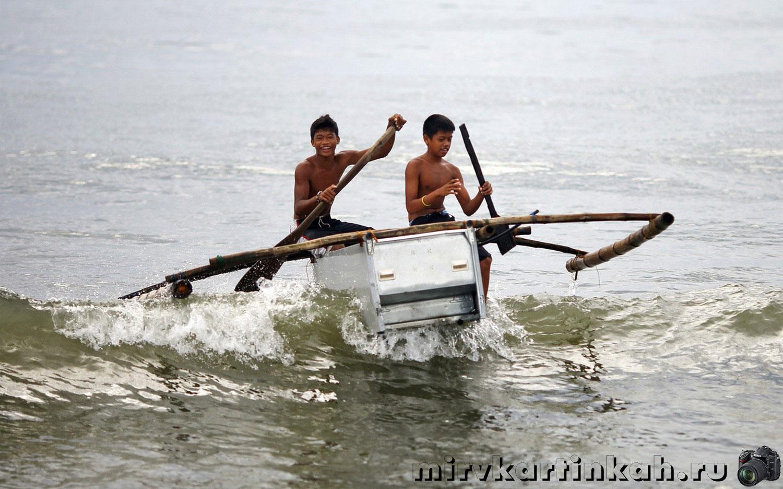 Мальчики на самодельной лодке