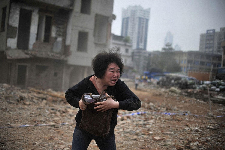 женщина на руинах Китая, фото