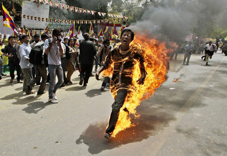 мужчина поджег себя на митинге, фото