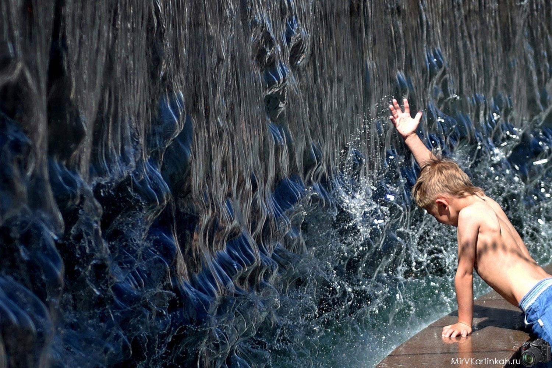 Мальчик у фонтана